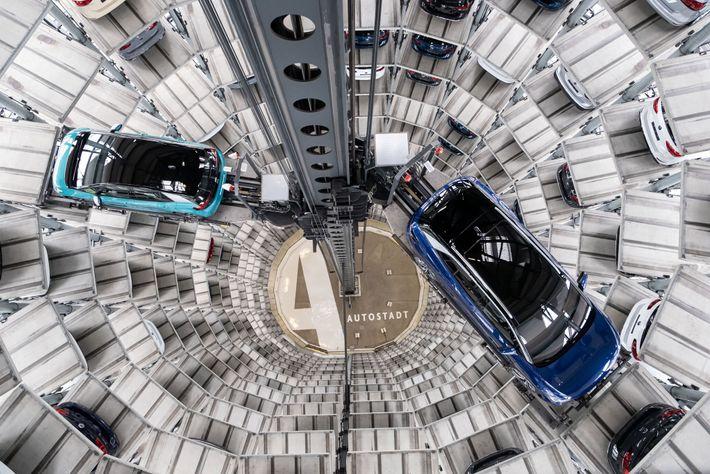 No final de outubro deste ano, os novos carros elétricos da Volkswagen estavam em exibição durante ...