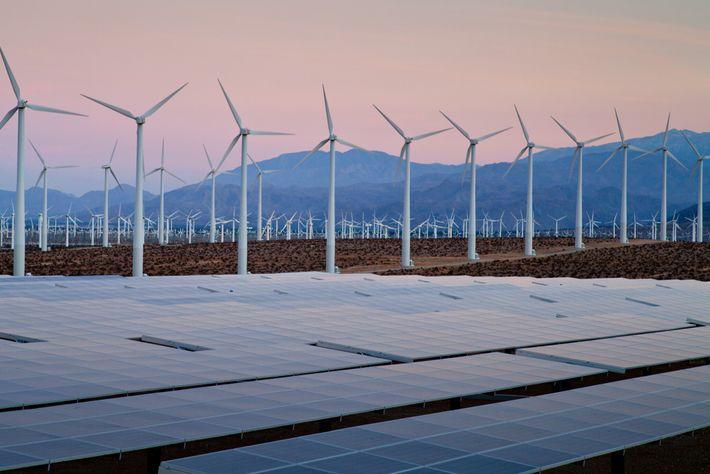 Turbinas eólicas e painéis solares recolhem energia renovável no Deserto de Hot Springs, na Califórnia. Este ...