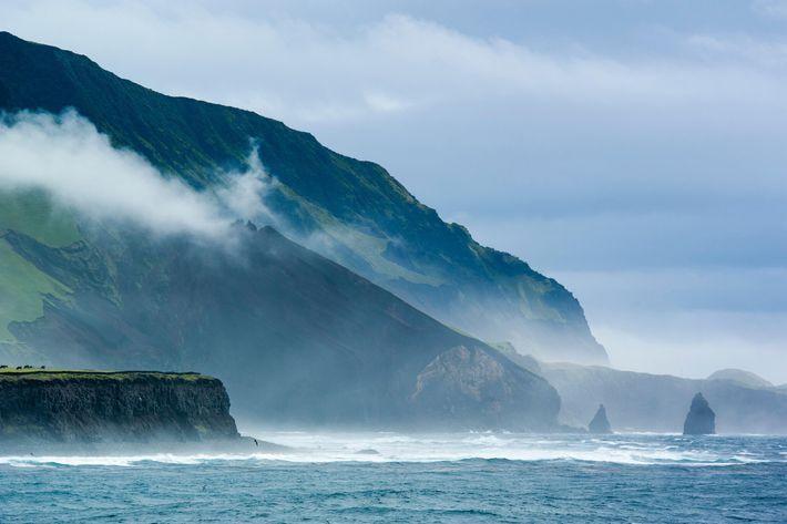 A ilha de Tristão da Cunha, Território Britânico Ultramarino, é considerada uma das ilhas habitadas mais ...