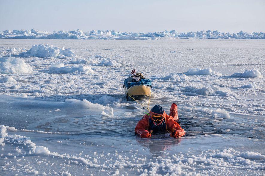 O gelo do Ártico no Polo Norte está tão fino que, por vezes, Eric Larsen teve ...