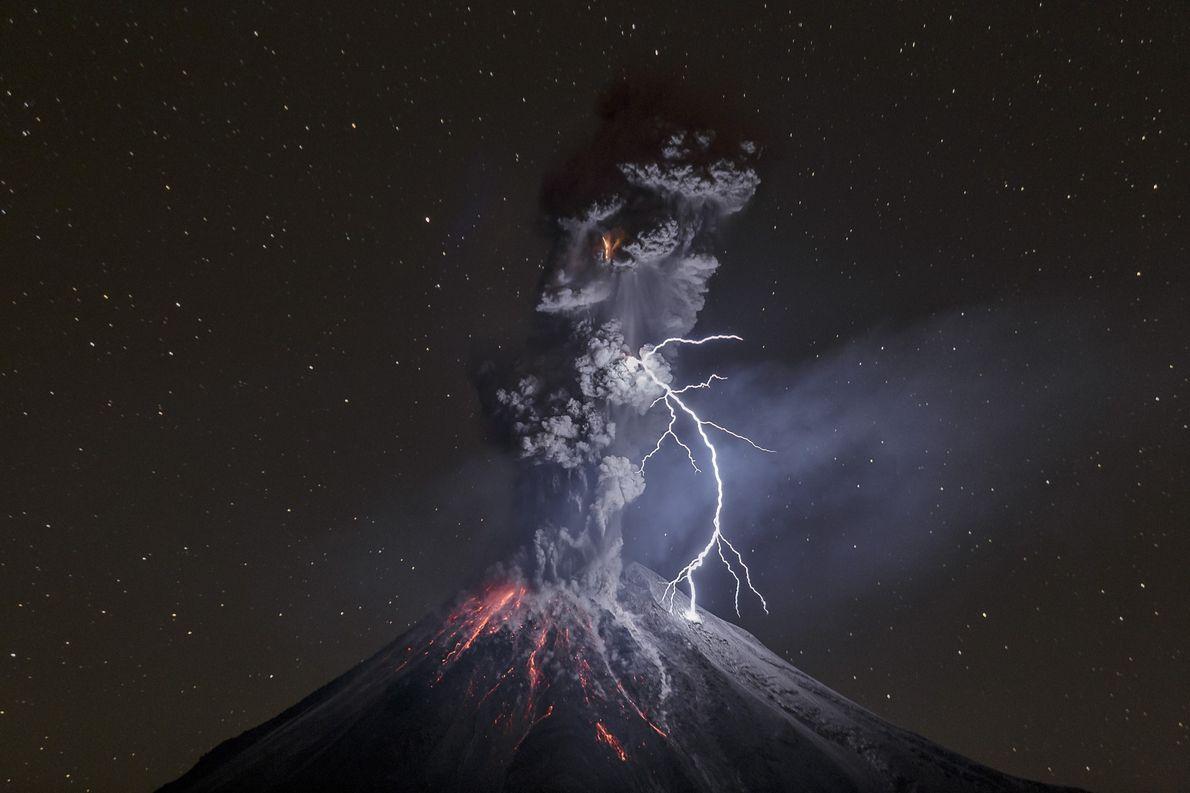 Relâmpago ilumina o céu noturno do Monte Colima