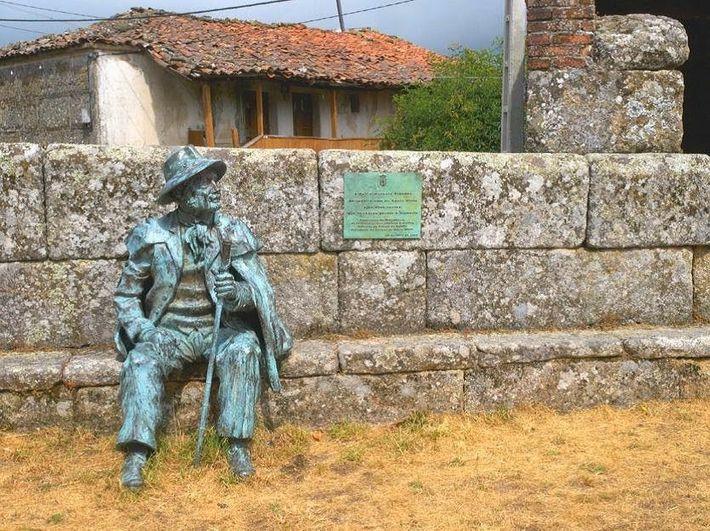 """Estátua em homenagem ao último """"Juíz"""" do Couto Misto, Delfín Brandán."""