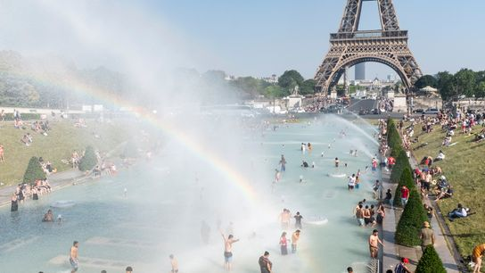 No dia 26 de junho, parisienses e turistas brincam na Fonte do Trocadero, do outro lado ...