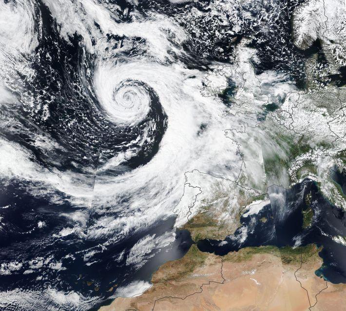 Tempestade semelhante a um ciclone aproxima-se do noroeste da Europa.