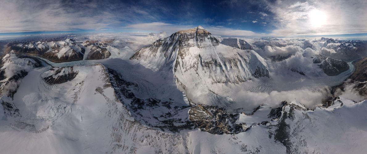 Visão Rara do Monte Evereste Captada por Drone de Alta Altitude