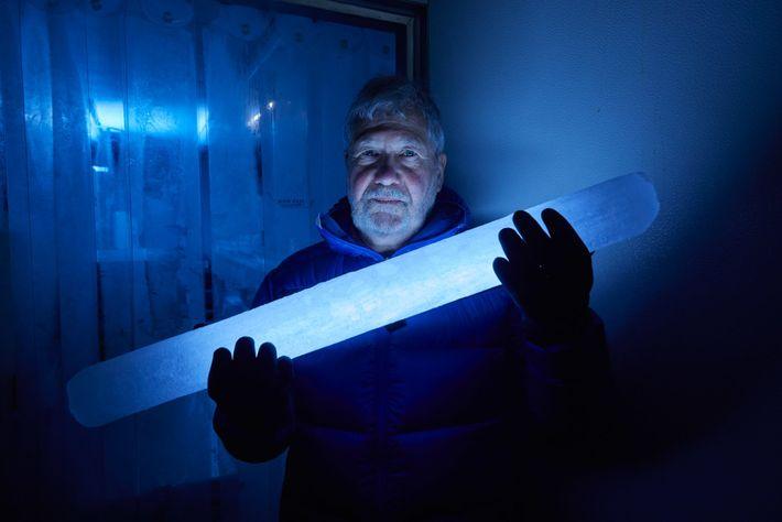 O cientista climático Paul Mayewski segura uma seção de um dos núcleos de gelo extraídos nas ...