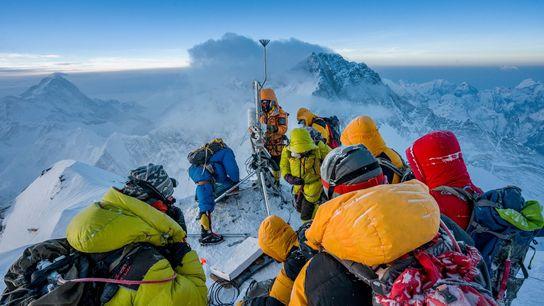 Os cientistas climáticos Baker Perry e Tom Matthews, juntamente com uma equipa de xerpas, constroem uma estação ...