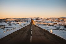 Estrada na Serra da Estrela, com a primeira neve de inverno