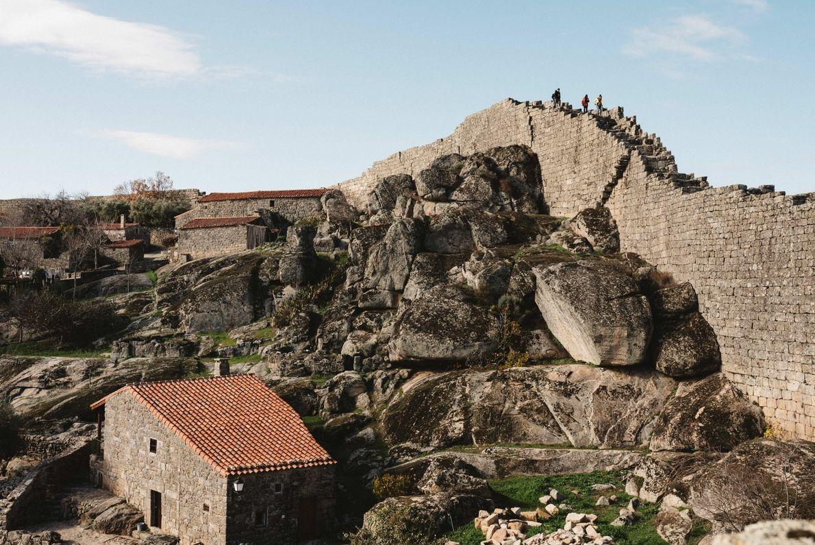 Aldeia medieval de Sortelha, onde pode percorrer o trilho das muralhas.