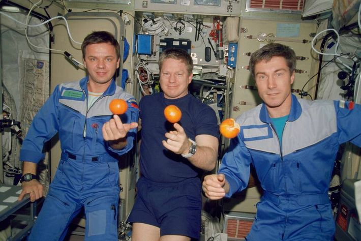 Nesta imagem de dezembro de 2000, membros da tripulação da Expedição 1 – os primeiros habitantes ...