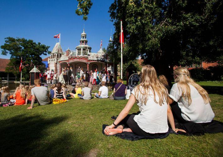 Odense, Dinamarca - 19 de agosto de 2015 - Teatro ao ar livre no parque Munkemose ...