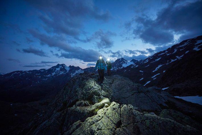 Um casal percorre um trilho montanhoso no parque do Glaciar Val Senales, em Tirol do Sul, ...