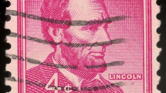 Um selo postal dos EUA com a imagem do presidente americano Abraham Lincoln (1809 – 1865) ...