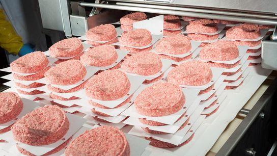Uma máquina de embalamento de hambúrgueres numa empresa em Amarillo, no Texas.