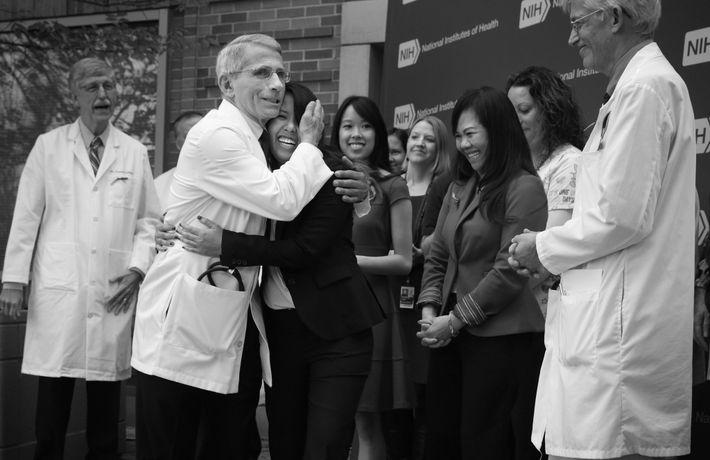 Anthony Fauci abraça Nina Pham, a enfermeira que ficou infetada com ébola quando tratava do paciente ...