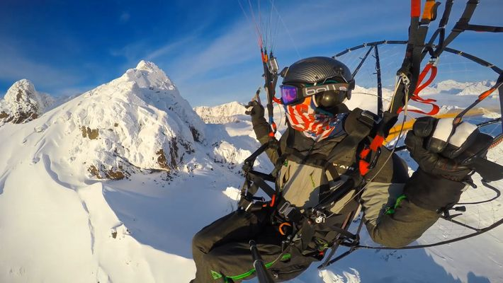 Voo Livre Sobre as Montanhas Chugach do Alasca e Pelo Glaciar Knik num Paramotor