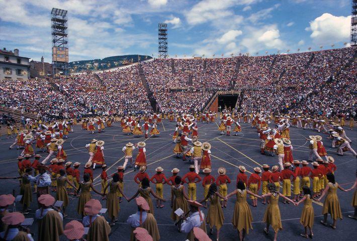 Milhares de pessoas reunidas durante a Fête des Vignerons, em 1977.