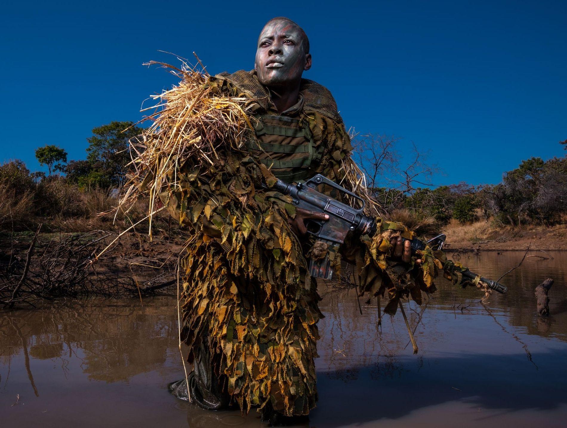 Petronella Chigumbura, membro da organização sem fins lucrativos Akashinga – uma unidade feminina anti-caça furtiva – ...
