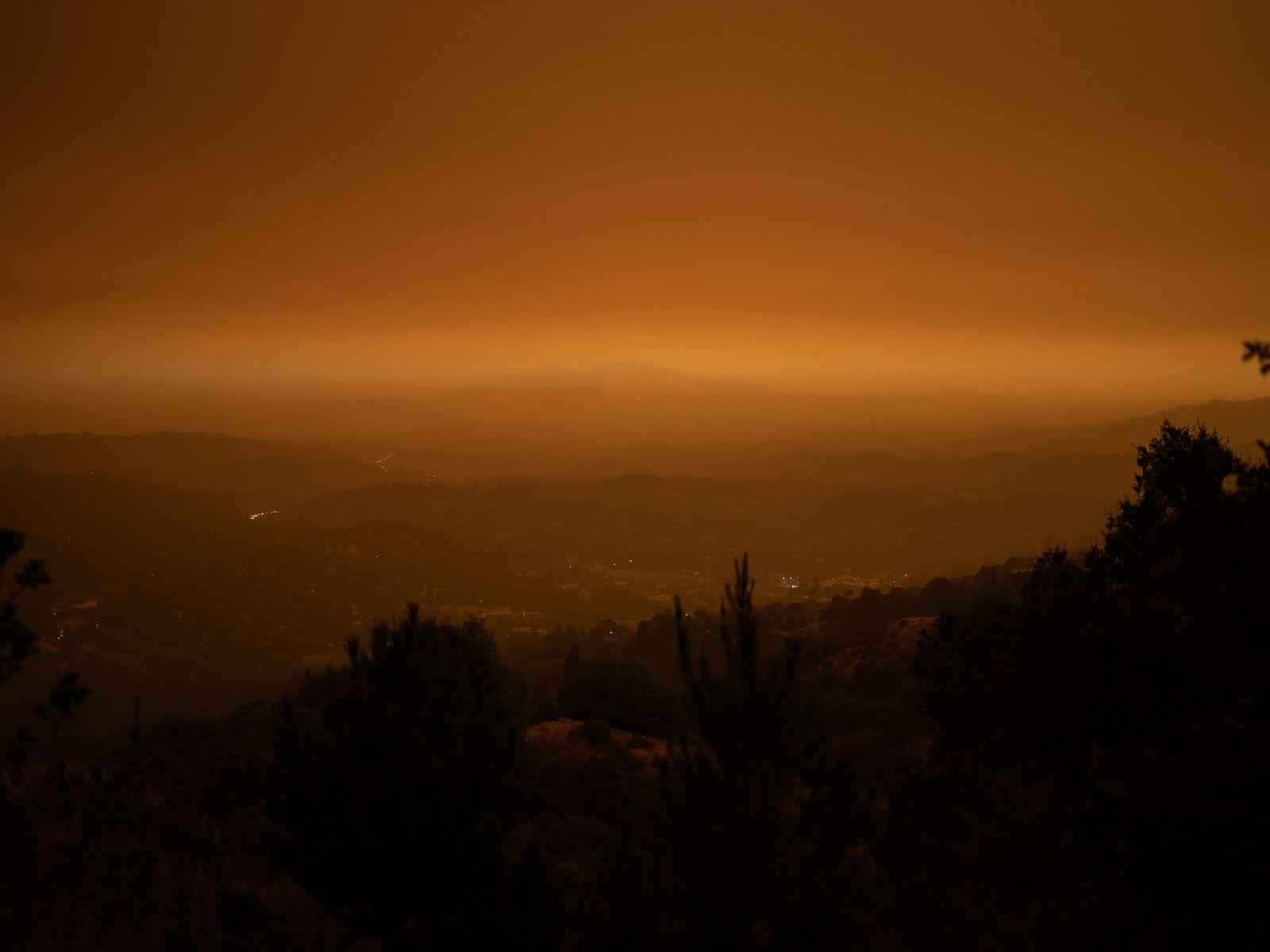 Fumo pairava sobre o Monte Diablo em Orinda, na Califórnia, na quarta-feira dia 9 de setembro. Enquanto ...