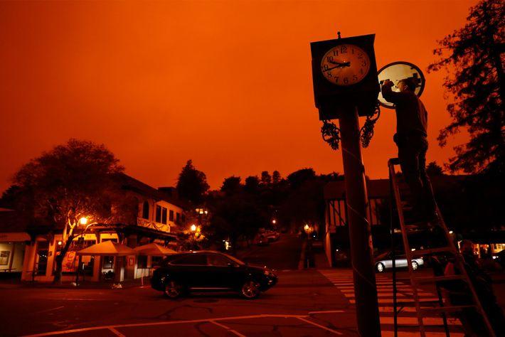 Na quarta-feira, com o céu coberto de fumo dos incêndios, Bejhan Razi, inspetor de edifícios de ...