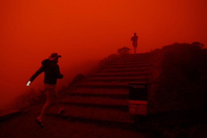 Na quarta-feira, em Sausalito, o fumo dos incêndios cobria os trilhos de Marin Headlands em tons ...