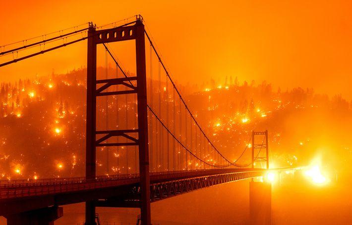 A encosta junto à ponte de Bidwell Bar, em Oroville, na Califórnia, foi engolida pelas chamas ...