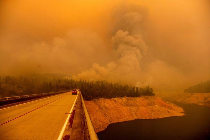 Na quarta-feira, uma pluma de fumo era emitida pelo Incêndio Bear, enquanto o fogo lavrava ao ...