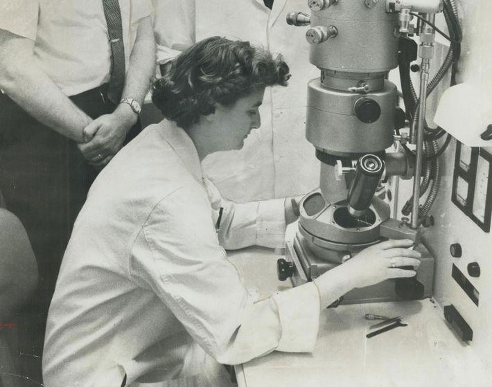 Nesta fotografia, tirada em 1963, vemos a cientista June Almeida a operar um microscópio eletrónico no ...