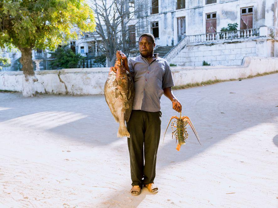 """As famílias da ilha dependem da pesca para garantirem sustento económico. """"Os pescadores locais alegam que ..."""