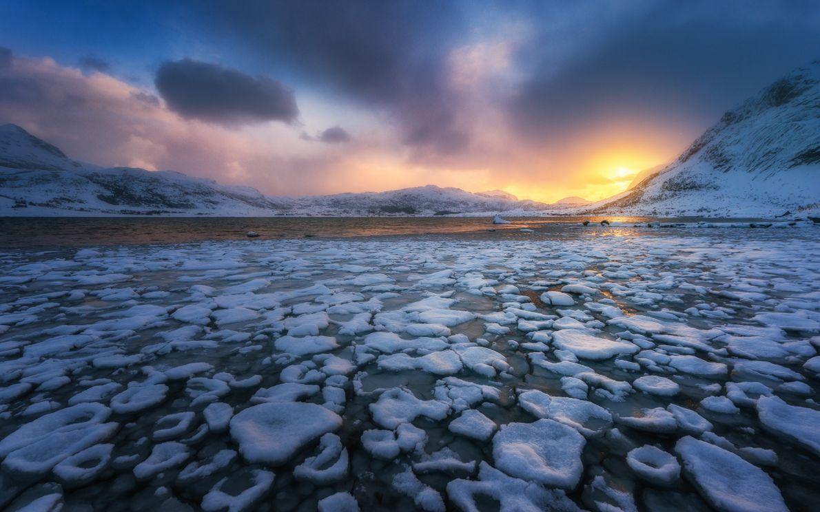 Formações de gelo perto da aldeia piscatória de Nusfjord
