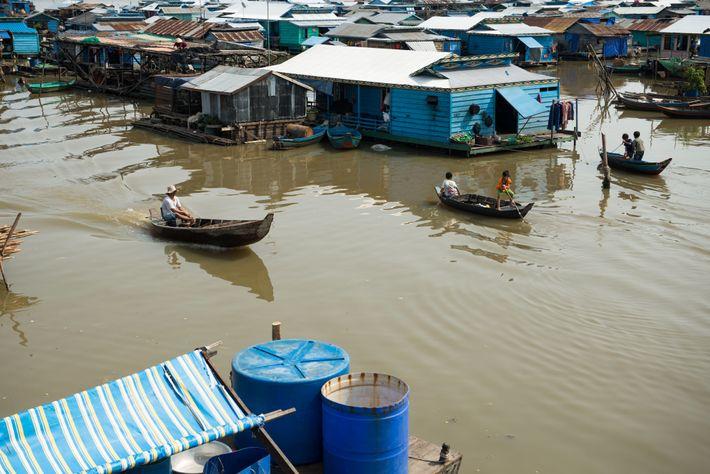 A aldeia flutuante de Kompong Luong, no lago Tonle Sap, no Camboja, é habitada por quase ...