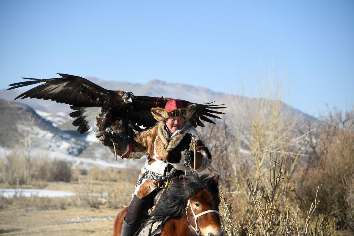 Caçador nas montanhas da vila de Altantsugts em Bayan-Olgii, Mongólia.