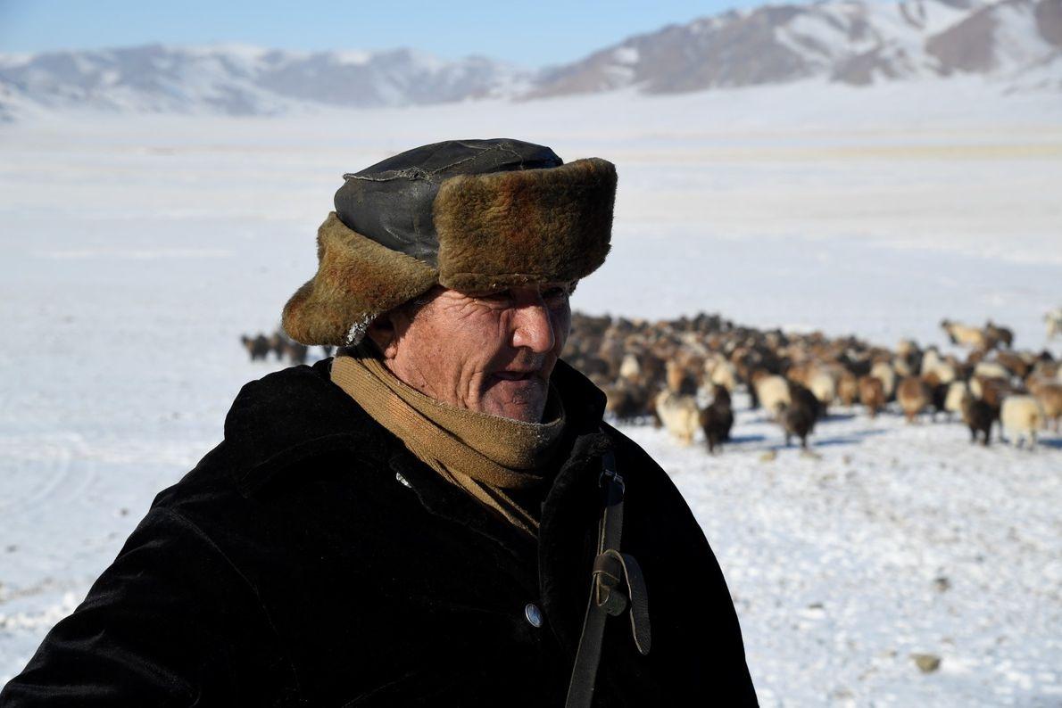 Nômade do Cazaquistão com o seu rebanho na província de Bayan-Olgii.