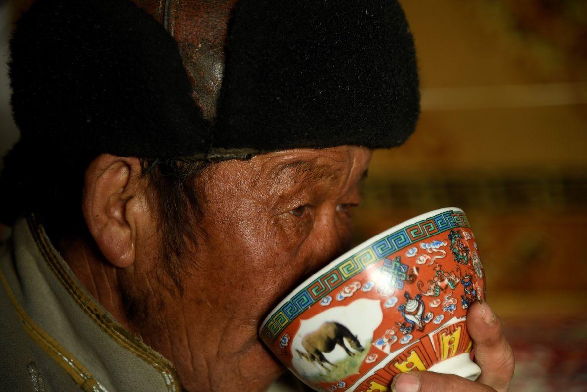 Nômade do Cazaquistão e o seu 'Milk Tea' na região de Tsambagarav, Mongólia.