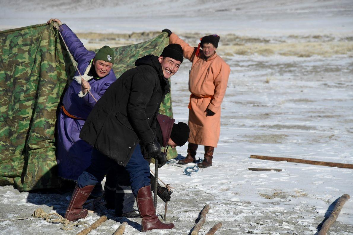 Trabalhadores montam tendas para o Festival do Gelo nas montanhas Altai, Mongólia.
