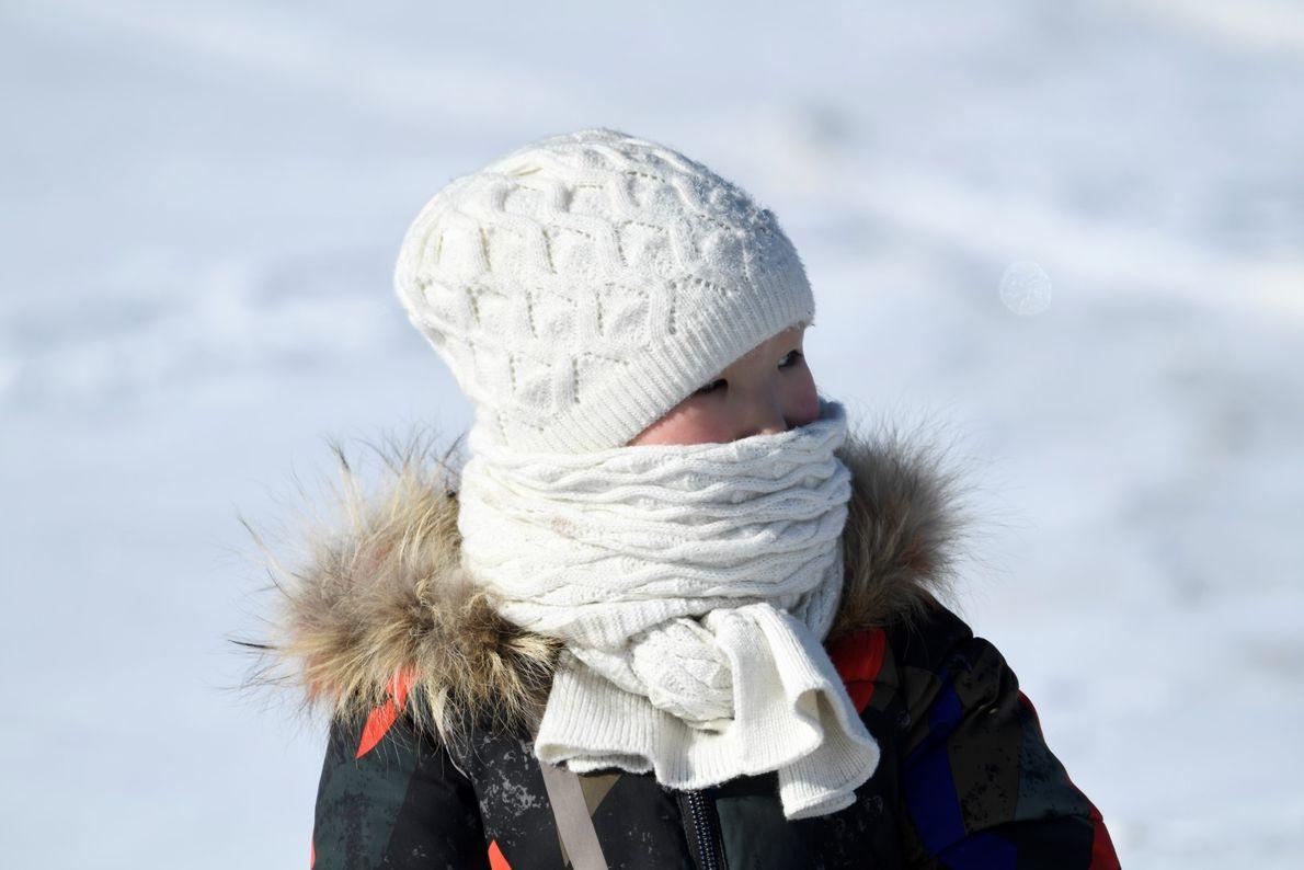 Crianças divertem-se e jogam no Festival do Gelo das montanhas Altai.