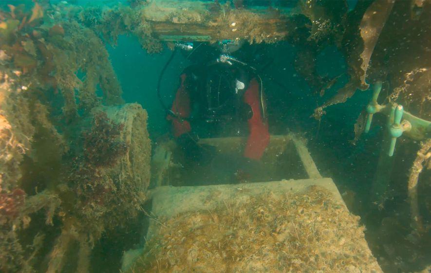 """Para investigar os conveses inferiores do """"H.M.S. Terror"""", um arqueólogo da Parks Canada insere um drone submersível numa claraboia."""