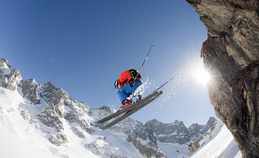 Um esquiador desliza pela neve na estância de La Grave, em França. Os esquiadores são transportados ...