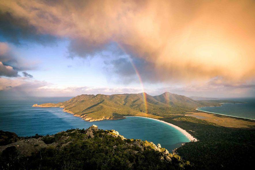 Tempestade a passar por Monte Atmos. Vista para a Baía de Wineglass. Península de Freycinet, Tasmânia.