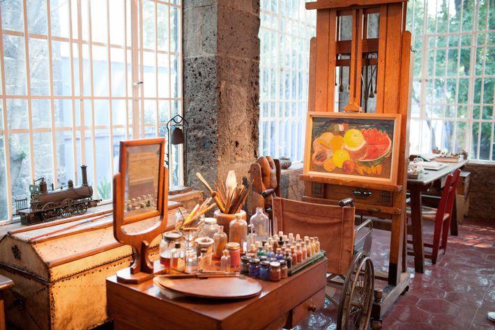 Popularmente conhecida por Casa Azul, a casa e estúdio de Frida Kahlo, na Cidade do México, ...