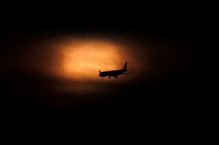Um avião desce enquanto o sol nasce na Cidade do México. Está a ser usada inteligência ...