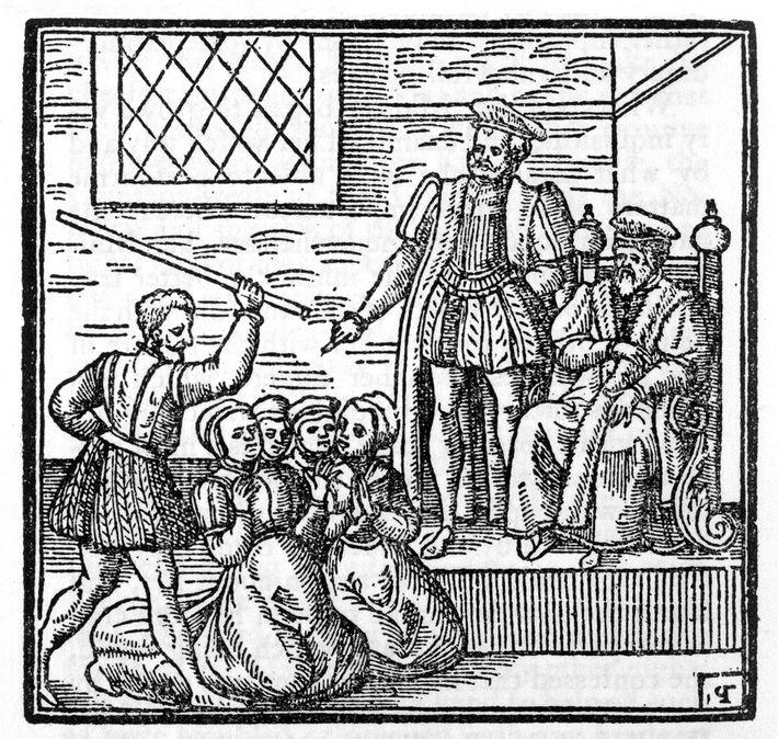 Nesta gravura, o rei Jaime da Escócia é retratado a presidir ao julgamento das Bruxas de ...