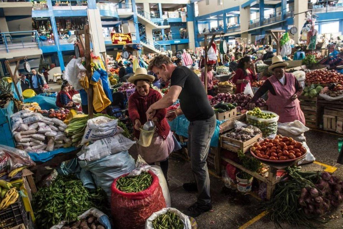 Gordon Ramsay compra sal no mercado de Urubamba, no Peru.