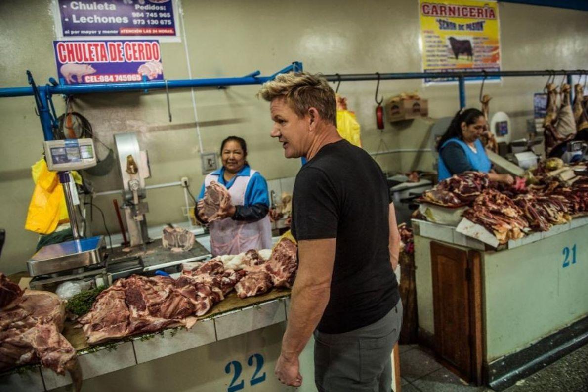 Gordon Ramsay compra carne no mercado local em Urubamba, no Peru.