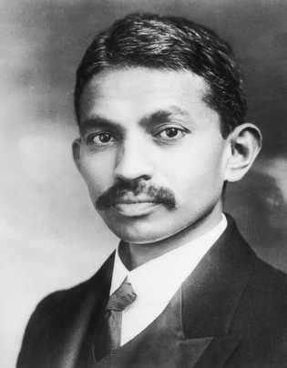 Um retrato de Gandhi na juventude.