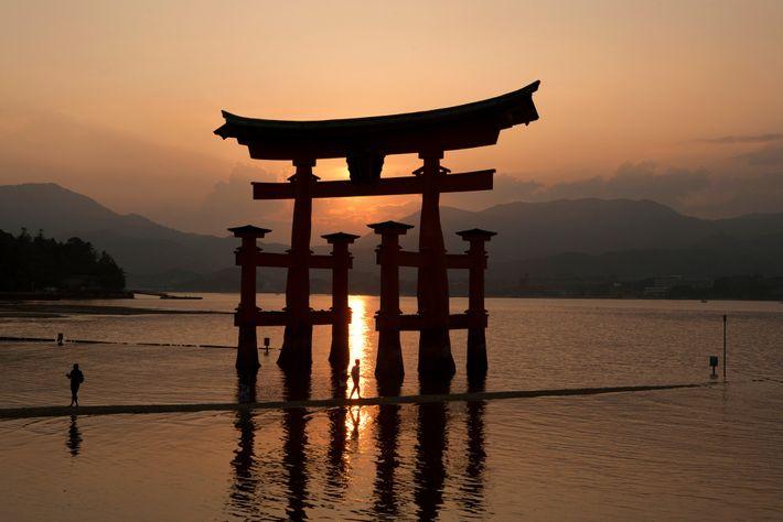 Os locais históricos, como o Grande Tori de Miyajima, no Japão, podem parecer mágicos quando os ...
