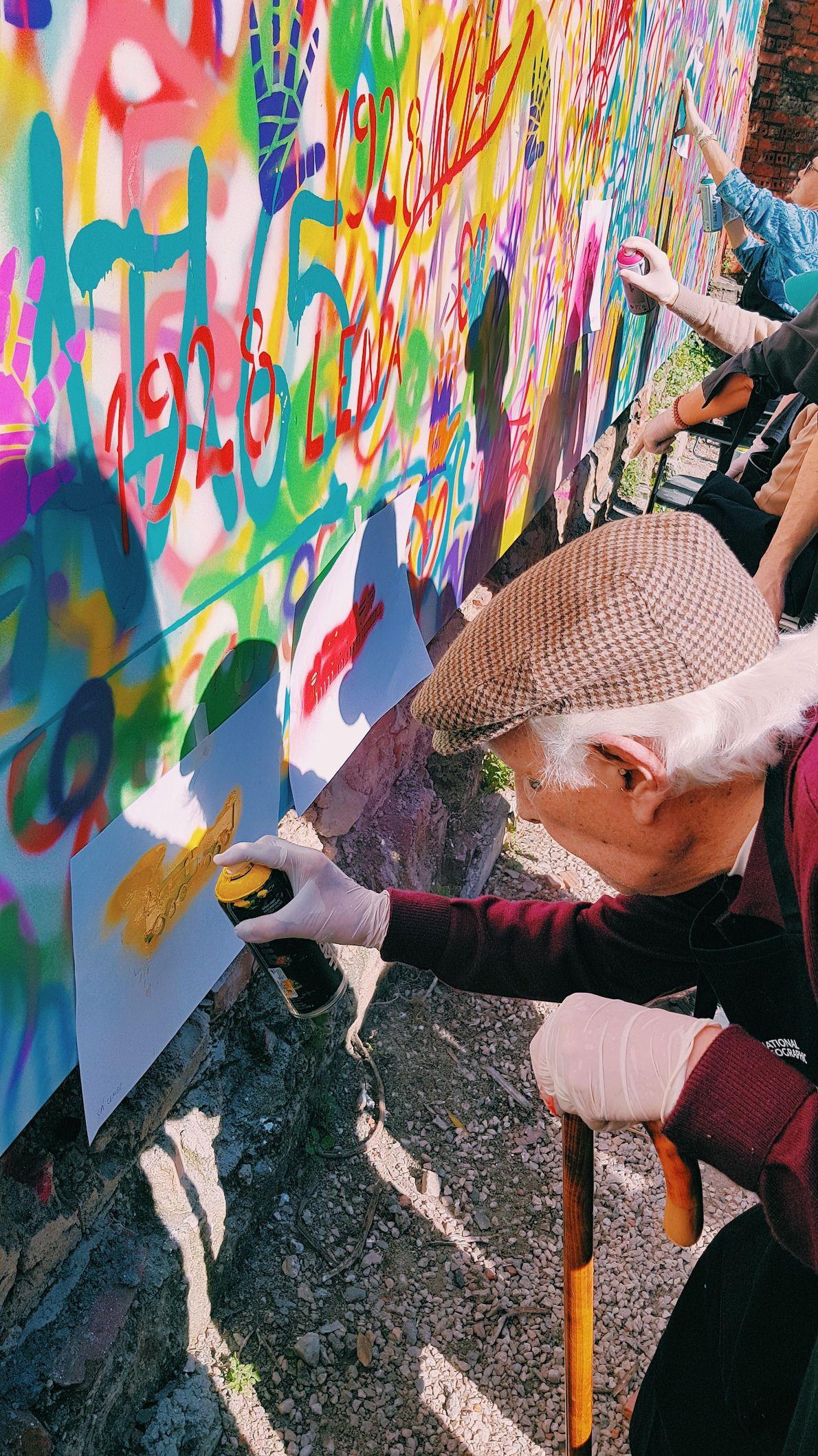 """Idoso que participou na iniciativa """"Genius: Picasso's Street"""", da National Geographic e do coletivo Lata 65"""