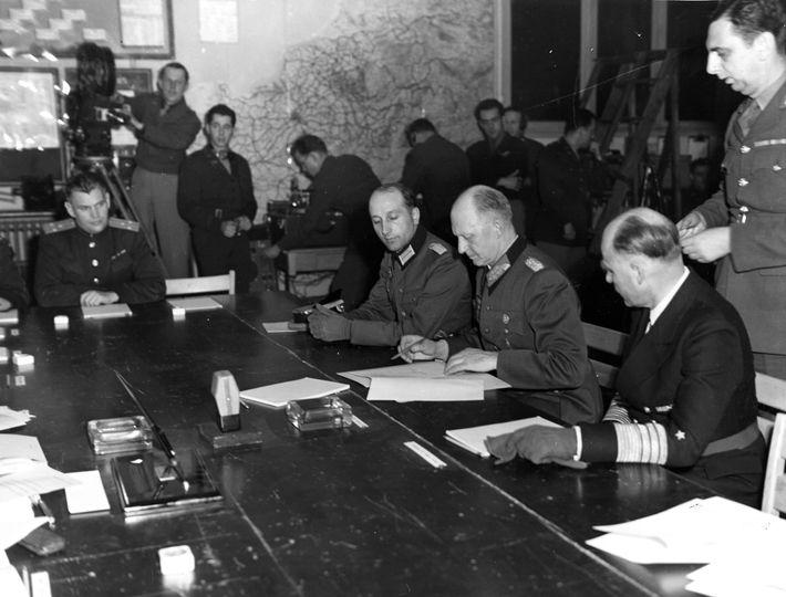 Alfred Jodl, chefe alemão da equipa de operações do Alto Comando das Forças Armadas, assina um ...