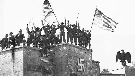 Tropas americanas celebram a primeira rendição incondicional da Alemanha que entrou em vigor no dia 8 ...