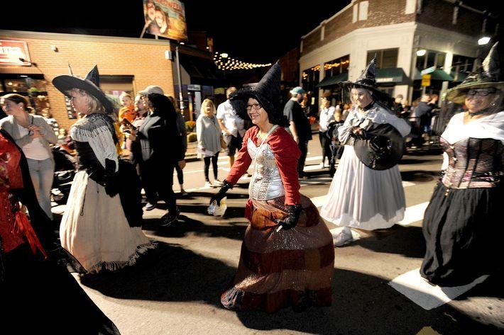 """Habitantes de Salem vestidas de bruxa em 2018, no """"Grande Desfile Assombrado dos Acontecimentos"""" que se ..."""